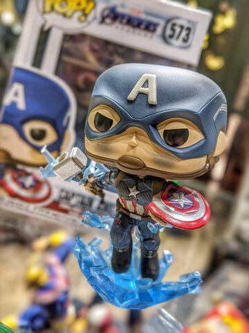 Figurine Funko Pop! N°573 - Avengers - Captain America Avec Bouclier Cassé Et Ma